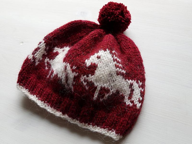 handgestrcikte Wollmütze mit Tölter in Rot mit Bommel